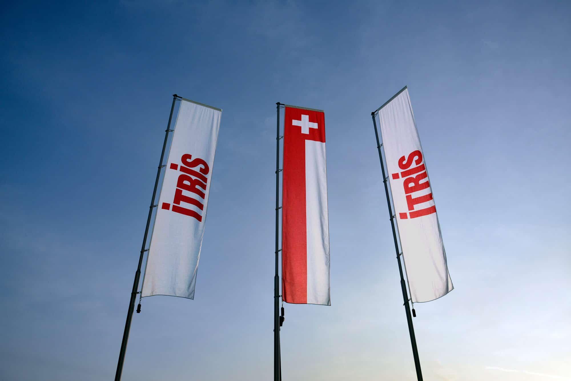 ITRIS Fahnen/Flaggen vor blauem Himmel